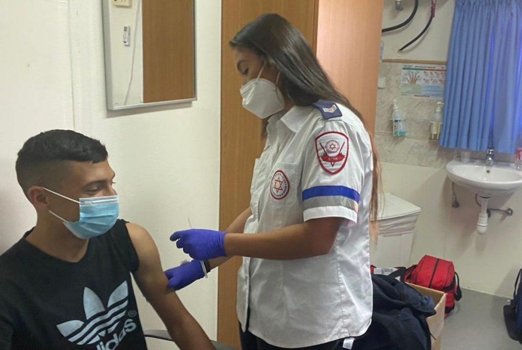 """חיסון צעירים צילום: דוברות מד""""א"""