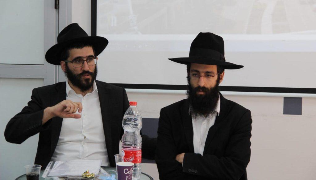 מימין: הרב לוי יצחק אפשטיין. משמאל: הרב דוד כהן