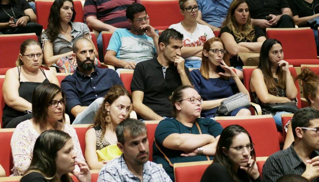 הורים במפגש עם מנהל בית הספר החדש, יגאל אריכא