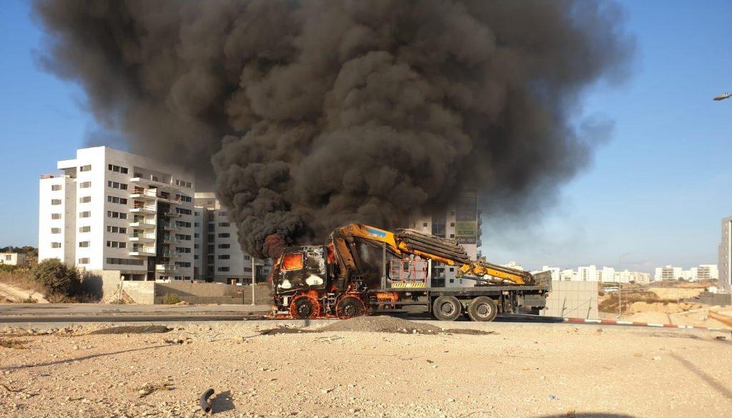 """משאית עולה באש בפרחים. צילום: דוברות כב""""ה"""