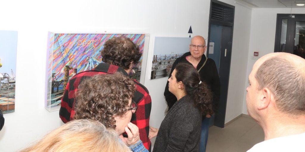 מבקרים בתערוכה צילום משה פרי