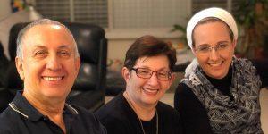 מימין: שלי קשת עם הוריה פולה ויורי אייזנמן