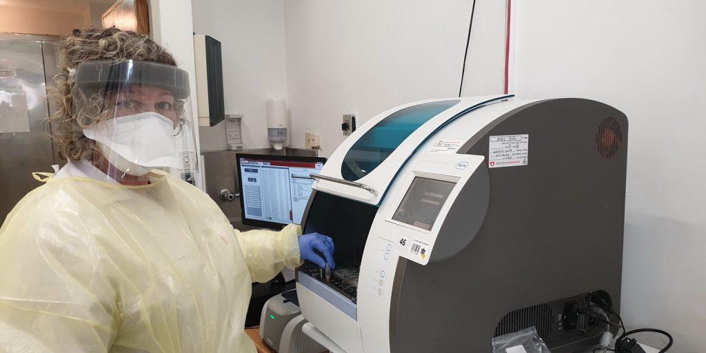 דר שרית פרימן, מנהלת המעבדה הבקריולוגית של הלל יפה ליד מכשיר הבדיקה