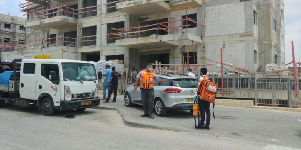 פועל באתר בנייה בשוהם