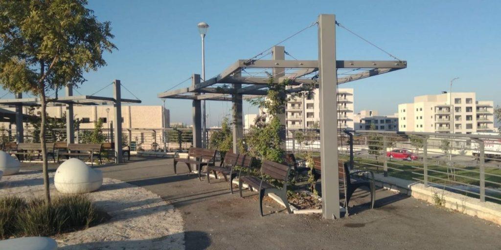 גינה ציבורית באבני חן גינת משחקים גינת שעשועים ספסל