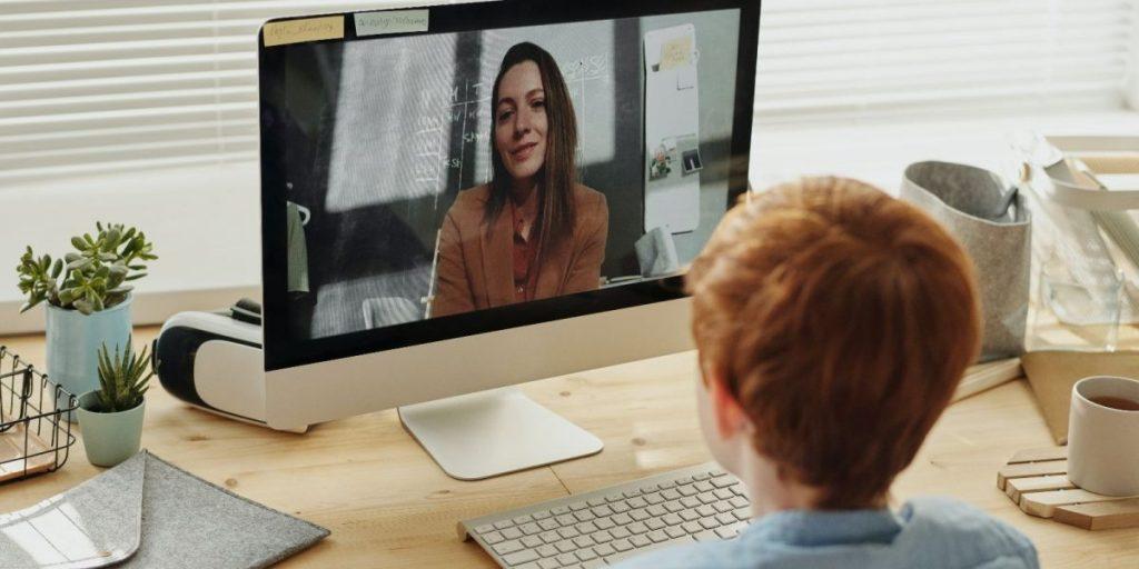 תלמידה מול מחשב הנהגת הורים זום קורונה