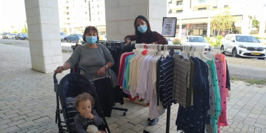 יהודית קרידו ואמה קונות בגדים