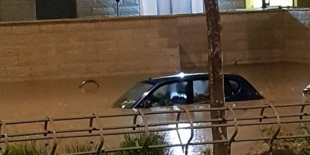 מכונית בדרך ארץ מוצפת הצפות גשם בכניסה לעיר צילום: יעקב פנחס