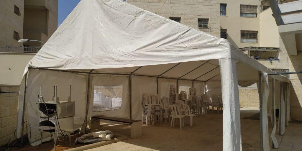 אוהל התפילה בחצר בית הכנסת ניגון חדש