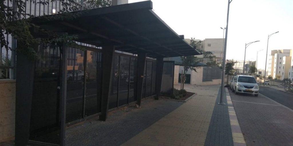 תחנת הסעות תלמידים בסמוך לבית הספר תלמי הדר